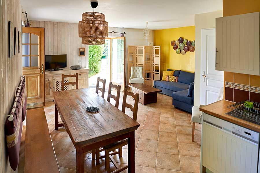 salon typique de la region avec sa cheminée