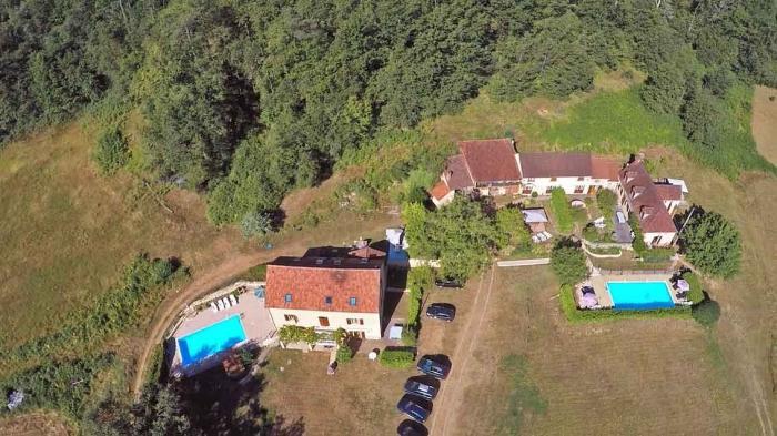 vue aérienne du domaine avec ses 4 gites, deux piscines et son grand terrain