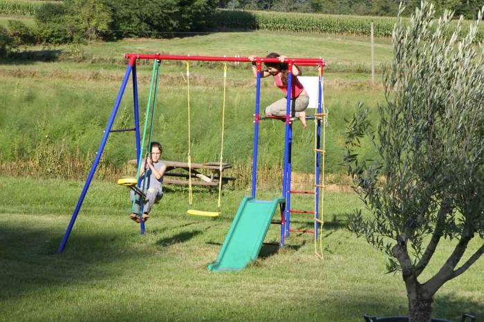 Balançoires et autres jeux sur le terrain pour les enfants