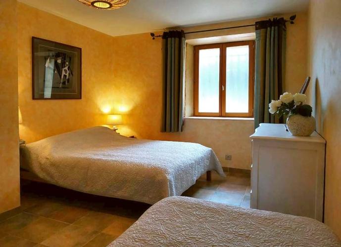 la 3eme chambre avec un lit double 140 cm et lit simple avec vue sur la piscine.