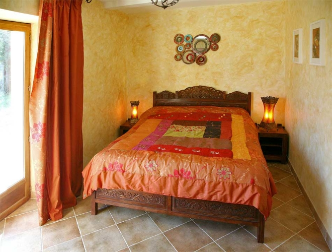 chambre avec lit double taille 140cm x 190cm