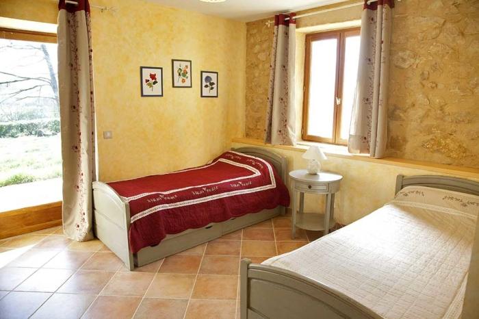 chambre avec 2 lits simples donnant sur la terrasse