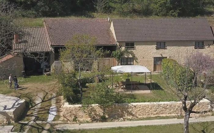 la façade du gite l'Olivier et son espace jardin privatif