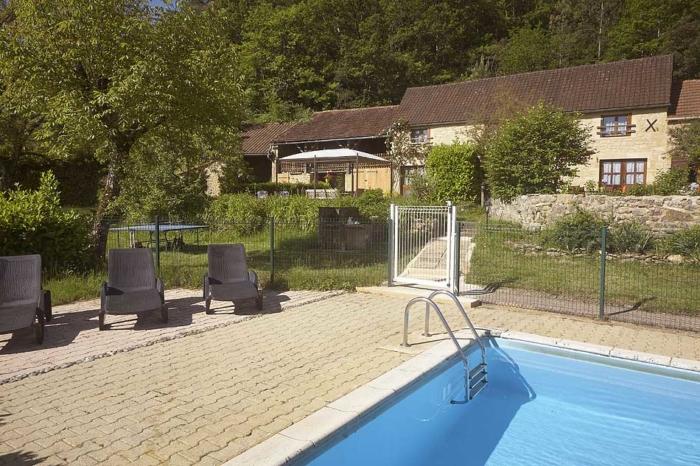 """vue de la piscine cloturée donnant sur le jardin du gite """"l'Olivier"""""""