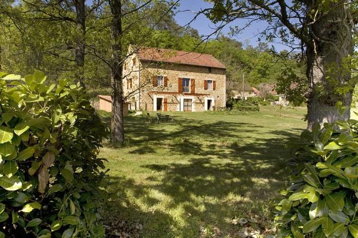 une vue du gite en rez de jardin et son terrain de loisirs