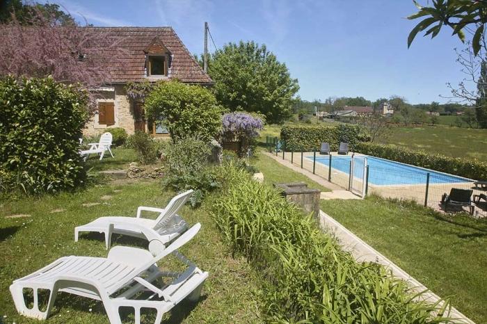 """vue du jardin du gite """"l'Olivier"""" sur la piscine sécurisée."""