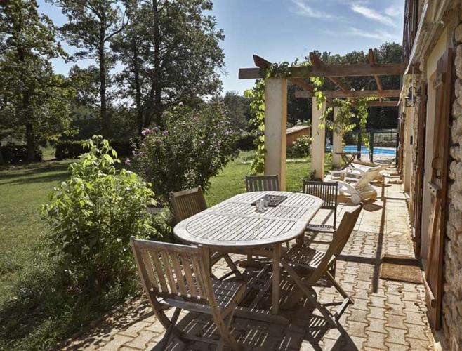 la terrasse et son salon de jardin donnant sur la piscine.